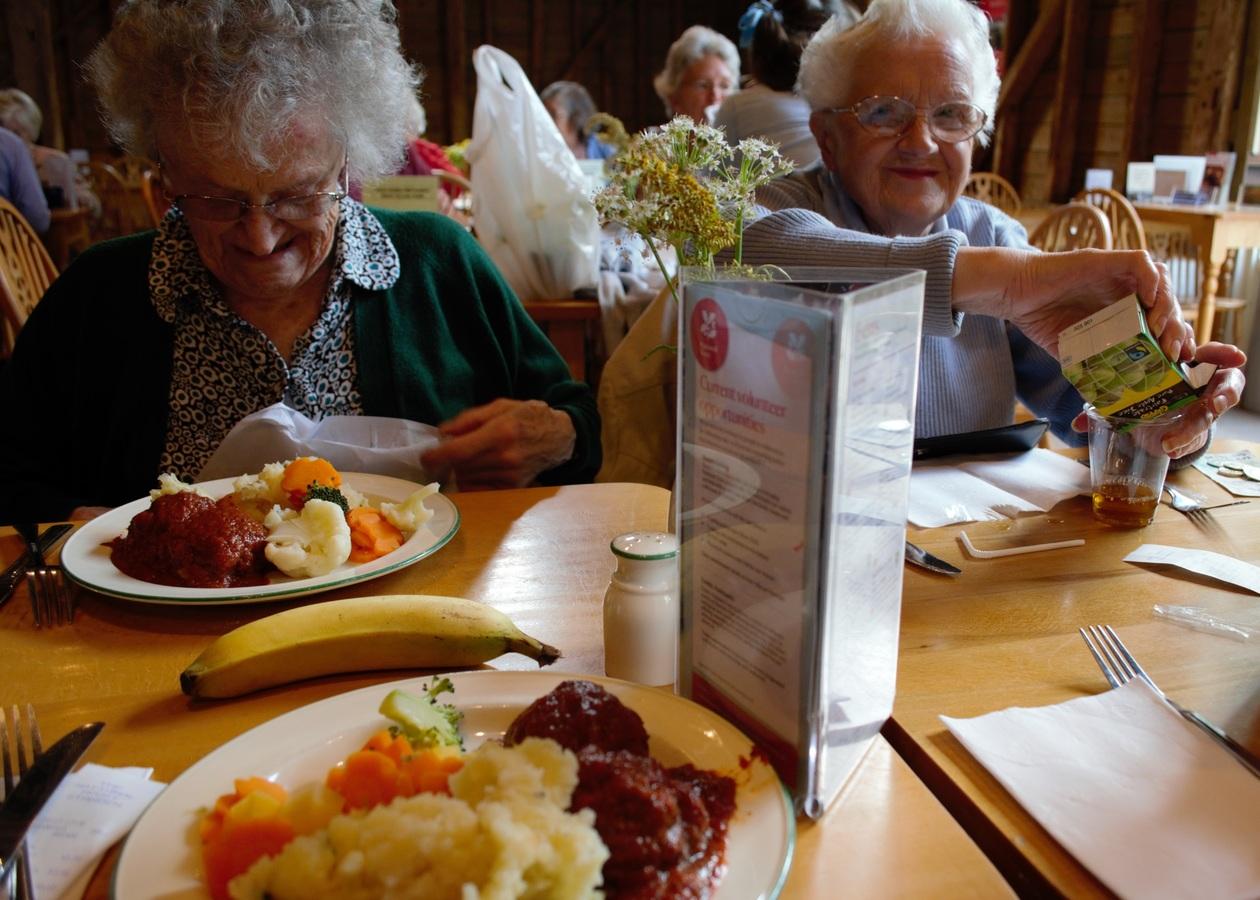 Kevesebbet és változatosan kell étkezniük az időseknek