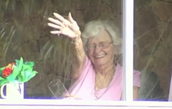 Ez a néni 12 éven át integetett a háza előtt elhaladó iskolásoknak - Megható módon búcsúztak tőle a diákok