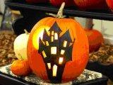Töklámpás és egyéb tökből készült díszek Halloween napjára, október 31-re