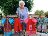 Nem mindennapi önzetlenség, amit ez a 99 éves néni tesz! Szegény afrikai gyerekeknek varr ruhát minden nap