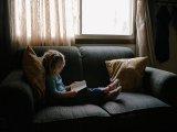 Hogyan vegyük rá a gyereket az olvasásra? Miért rendkívül fontos rendszeresen olvasni kisiskolás korban?