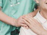 Kiütések, viszketés, éjszakai izzadás, gerincpanaszok: egy súlyos daganatos megbetegedés tünetei is lehetnek! Mit kell tudni a limfómáról? Hogyan lehet gyógyítani?