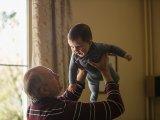 Szabad-e az unokát elkényeztetni? Meglepő választ adtak a szakemberek