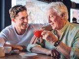 SOS-riasztás, pulzusmérés, közvetlen hanghívás: Ezért hasznos egy okosóra, ha már elmúltál 65!