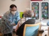 Koronavírus elleni védőoltás időseknek: 15 fontos kérdés és válasz a beoltással kapcsolatban