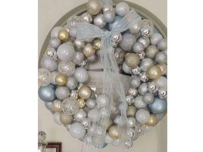 Ajtódísz karácsonyfa gömbökből