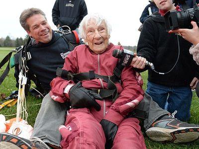 100 évesen ugrott ejtőernyővel a dédnagymama - Nézd meg a fotókat