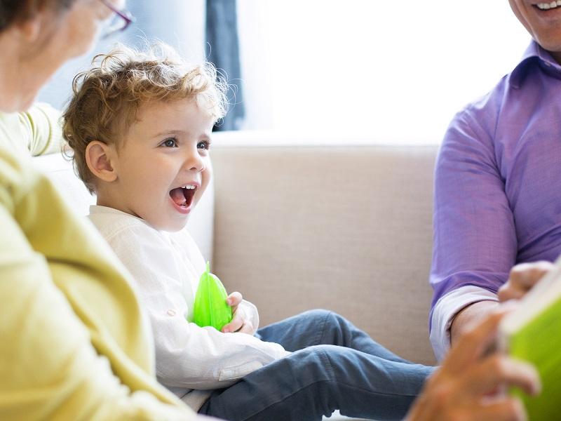 Ezért játsszunk, beszélgessünk az unokákkal rengeteget! Miért fontosak számukra a családi történetek?