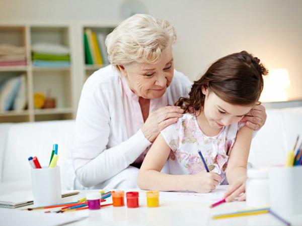 Szabad-e tanulni az unokáddal a nyári szünetben? Jó-e a gyerekeknek a sok program? Válaszol a gyermekpszichológus