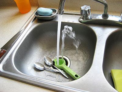 Dugulás, vízkő, zsíros lerakódások ellen - 4 szuper módszer, hogy tiszta legyen a konyha drága vegyszerek nélkül