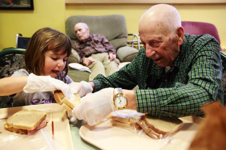 Megható kezdeményezés: óvoda nyílt az idősek otthonában! Imádnak oda járni a gyerekek