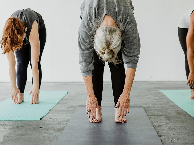 10 nyújtó és erősítő jógagyakorlat 50 év fölött, ami kíméli a térdet és a csuklót - Jógaoktató ajánlása