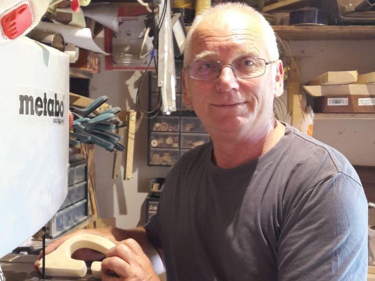 Gyönyörű játékokat farag fából a magyar nagypapa - Kisunokája miatt szeretett bele a barkácsolásba Bütyipapa