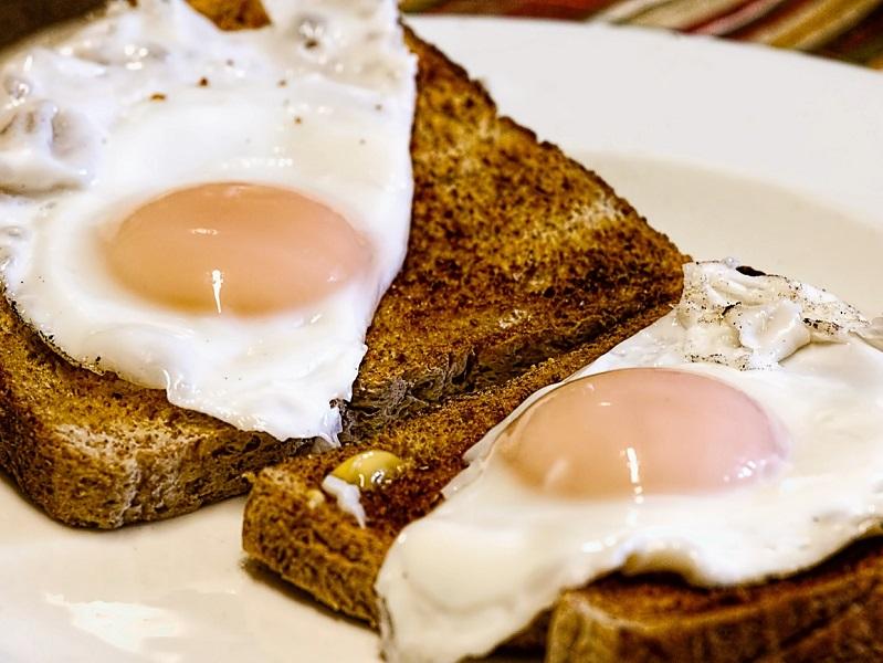16 dolog, amit nem tudtál a tojásról - Mit jelent, ha bezöldül a tojássárgája főzés közben? Hogyan lehet könnyen meghámozni a főtt tojást? Hogyan kell tárolni a tojást?
