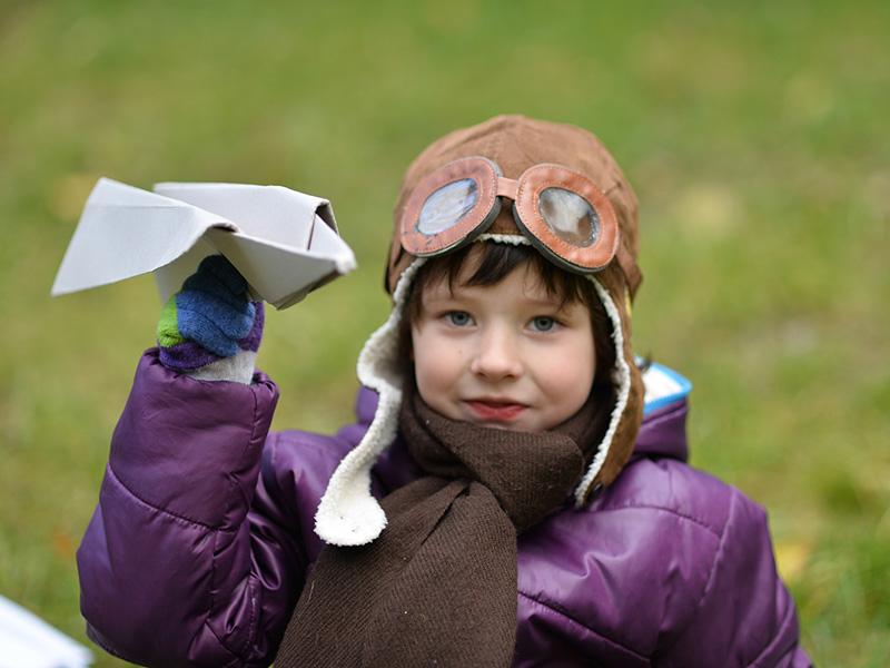 Papírrepülő hajtogatás lépésről lépésre: 4 repülőtípus, amit papírból hajtogathatsz