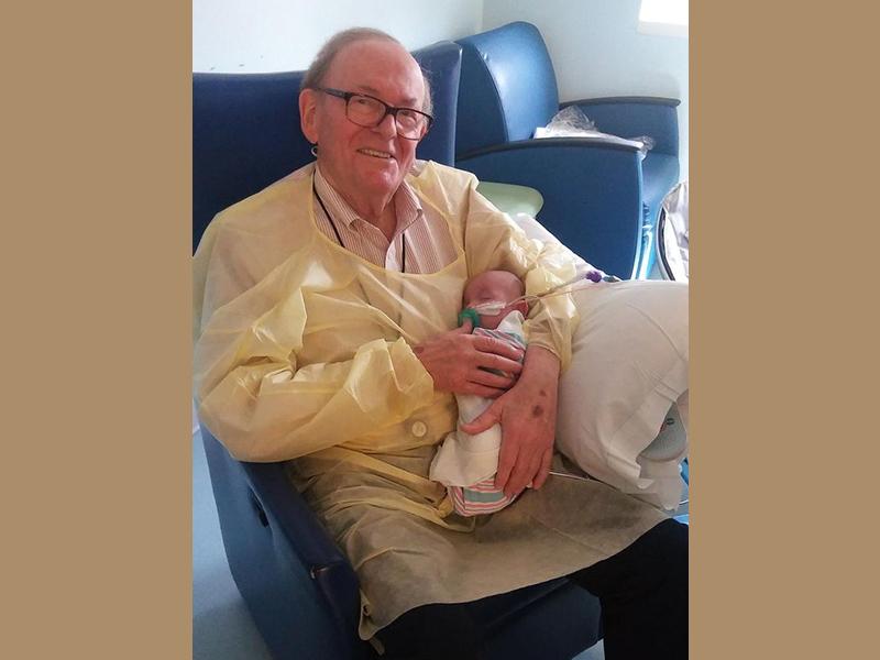 Szívmelengető dolgot tesz ez a férfi: koraszülött kisbabákat dajkál, ha nincs velük az anyukájuk - Ismerd meg a történetét!