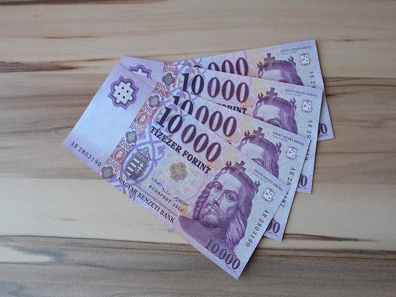 Ajándék Erzsébet-utalvány, kompenzáció és nyugdíjprémium - Mekkora plusz összegre számíthatnak a nyugdíjasok?