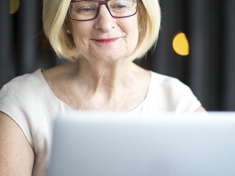 Ingyen számítógép és internet nyugdíjasoknak - Mit lehet tudni a nemrég indult programról?