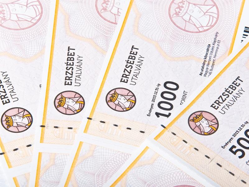 10.000 forint értékű Erzsébet-utalványt kapnak a nyugdíjasok