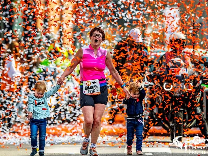 Kisunokáival futott be a célba az 58 éves nagymama a maratonon! - Megható oka volt, hogy indult a versenyen