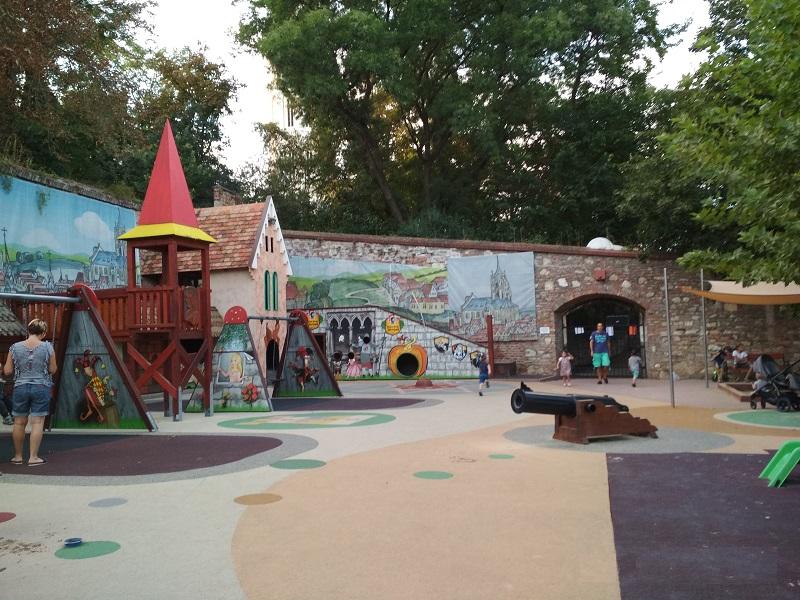 Mesejátszótér a Budai várban: Ezért imádjuk a Mátyás király játszóteret - és ezt hiányoljuk! Fotókkal