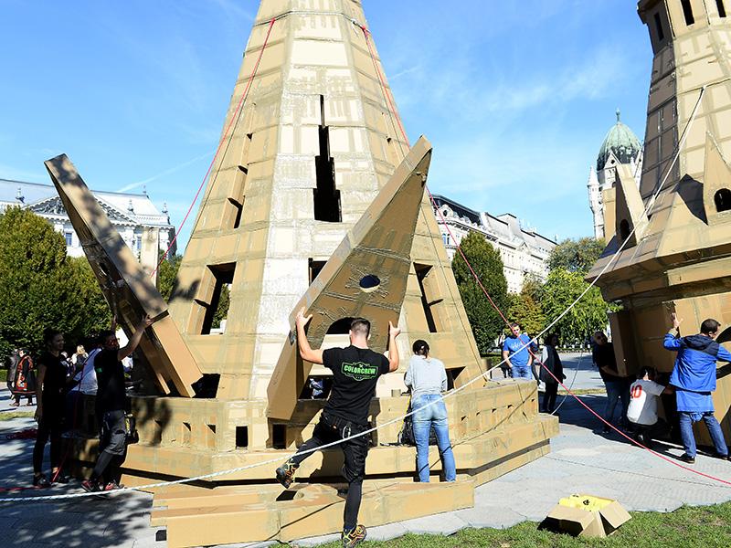 Kartonpapírból építették fel a Halászbástya monumentális mását a Szabadság téren! - Már csak pár napig látható