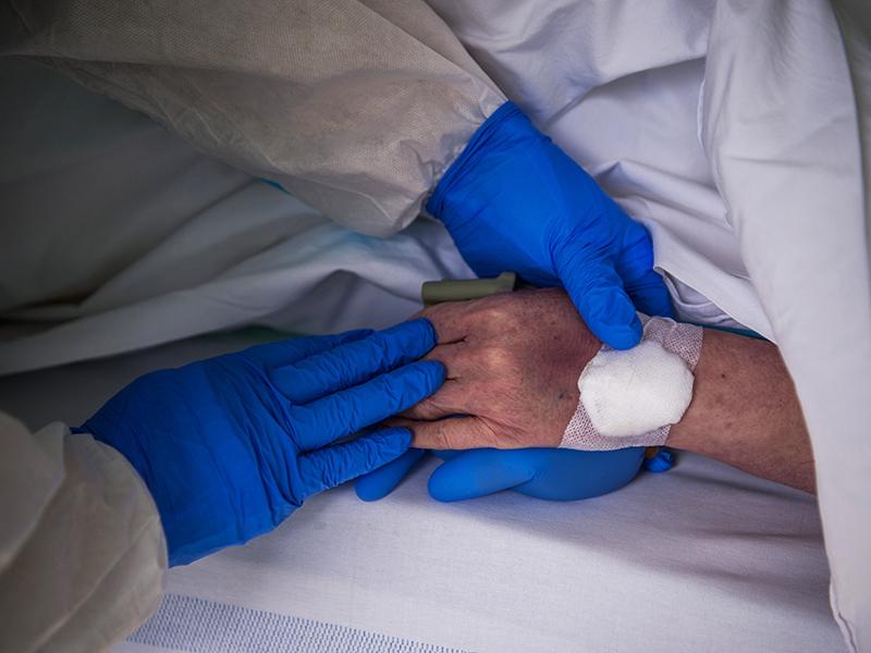 Koronavírus 2020: A vérplazmakezelésnek köszönhetően került le a lélegeztetőgépről egy 75 éves férfi Budapesten