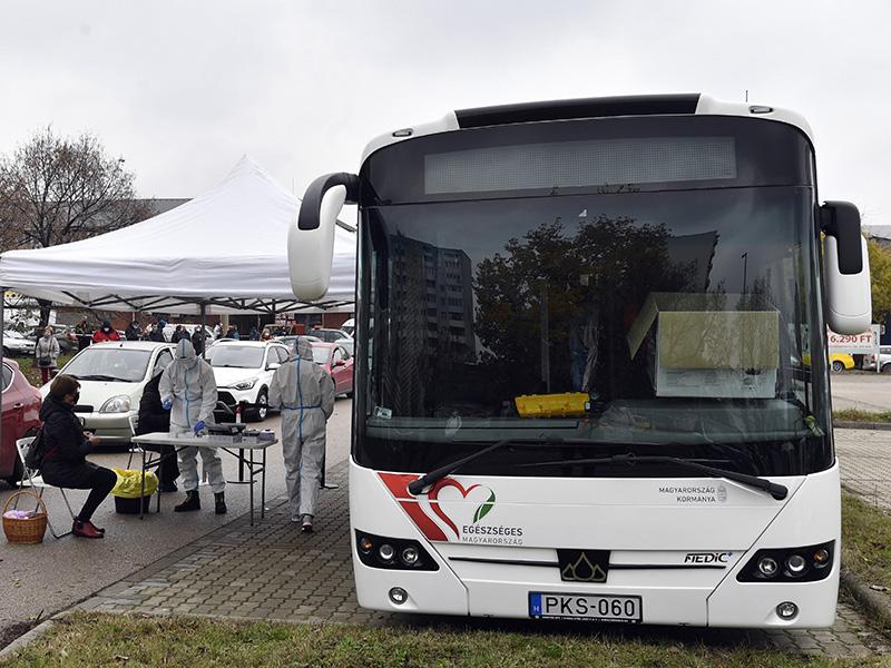 Koronavírus járványhelyzet: Mostantól szűrőbuszokon is elvégzik a Covid-tesztet - Kiket várnak a buszos tesztelésre?