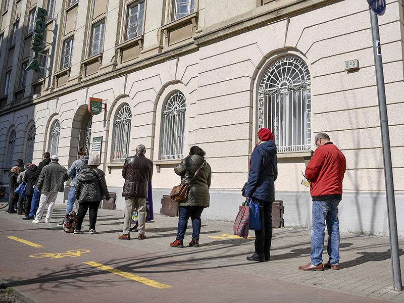 Koronavírus intézkedések a postán: Elsőbbség a nyitáskor a 65 év felettieknek, egyedi várakozási rend bevezetése