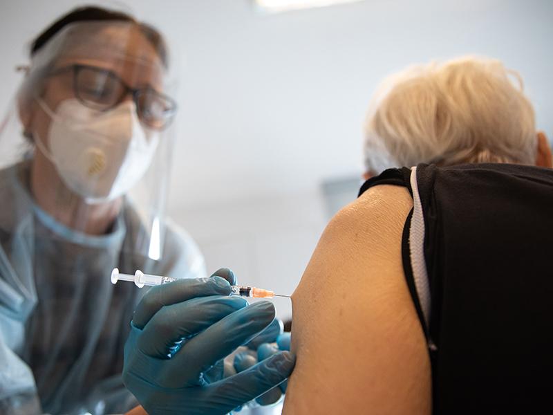 Koronavírus elleni oltás: Februárban megkezdődik a legidősebbek beoltása, a háziorvosok értesítik őket
